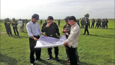 Officials inspect a map yesterday at the Cambodia-Vietnam border in Svay Rieng province during a border meeting. Photo supplied