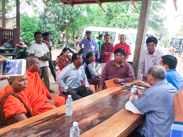 Villagers in Preah Vihear province gather meet and discuss with authority at Sro Em temple on entering Svay Chrum forest. Pix Supplied