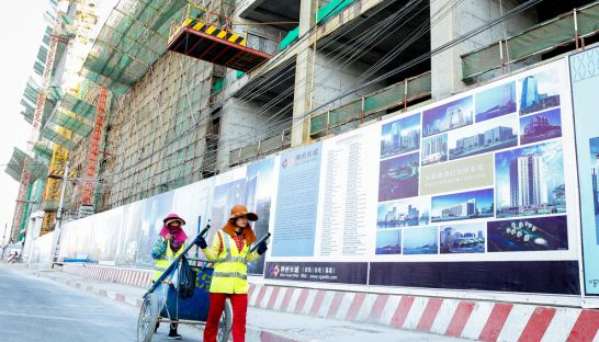 peoplewalk_past_a_constructionsite_in_central_phnom_penh_01_03_2016_pha_lina