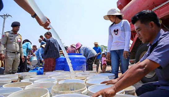 authorities_distribute_water_in_banteay_meanchey_province_26_04_2016_supplied_0