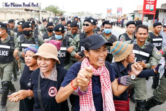 cambodia security guards punching and slapping protesters ile ilgili görsel sonucu