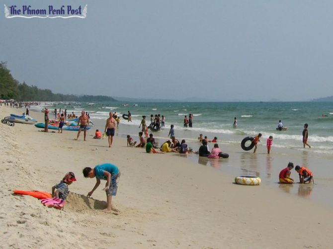 people_relax_on_a_preah_sihanouk_province_beach_08_05_2013_sam_rith