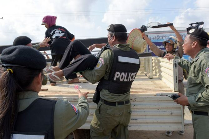 protesters_arrested_near_prey_sar_prison_09_05_2016_afp