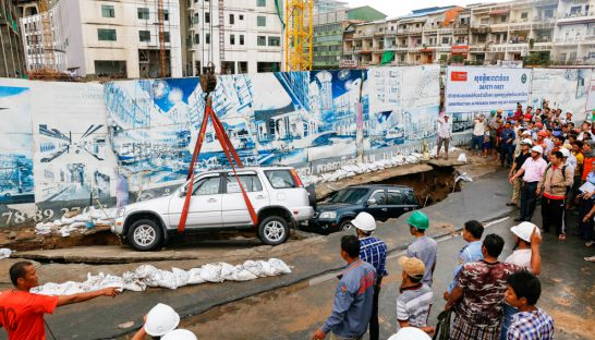 a_car_is_lifted_out_of_a_sinkhole_yesterday_next_to_an_ocic_construction_site_in_phnom_penh_08_06_2016_pha_lina