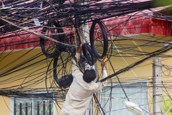 an_edc_tech_installs_now_powerlines_in_phnom_penh_last_year_29_04_2015_vireak_mai