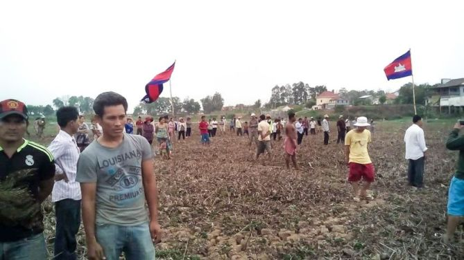 people_protest_over_a_stream_in_kandal_province_29_05_2016_supplied