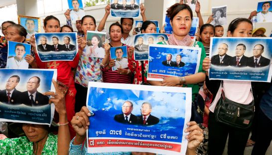 kampong_speu_protest_at_the_ministry_of_land_management_yesterday_morning_calling_for_the_government_to_intervene_in_the_relocation_of_a_local_bus_station_30_06_2016_pha_lina