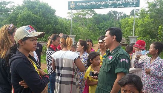 people_protest_at_a_forestry_administration_in_mondulkiri_last_week_after_a_teenager_was_detained_for_transporting_wood_00_07_2016_adhoc