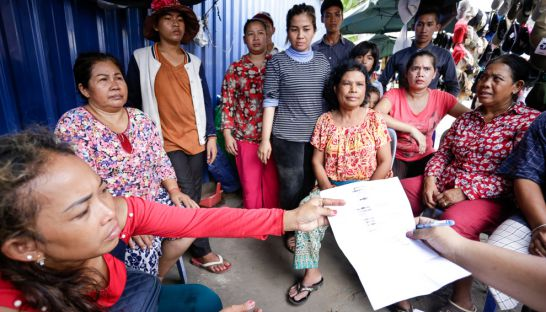 seller_at_kandal_market_hand_over_petition_about_store_merchandise_25_07_2016_hong_menea