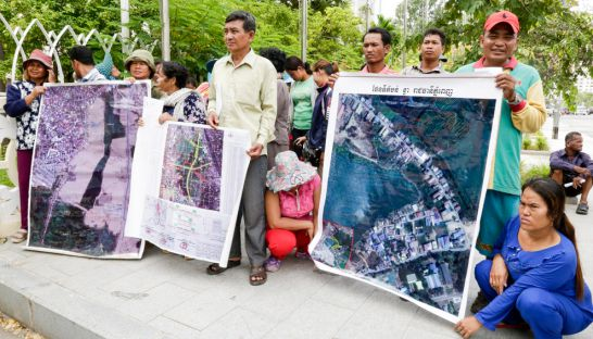 villages_affected_by_the_filling_of_boeung_tumpun_protest_at_phnom_penh_city_hall_yesterday_afternoon_12_07_2016_heng_chivoan
