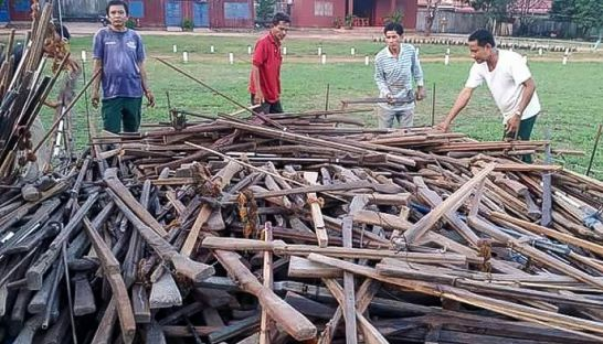 authorities_stack_over_1500_homemade_rifles_in_preah_vihear_last_year_before_destroying_them_26_10_2015_supplied