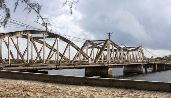 old_bridge_kampot_cambodia_10_05_2011_joe_mazzola