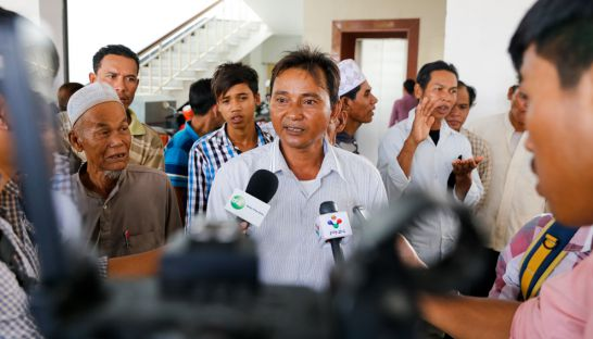 a_representative_from_kratie_province_talks_to_the_media_yesterday_at_the_ministry_of_land_management_21_09_2016_pha_lina