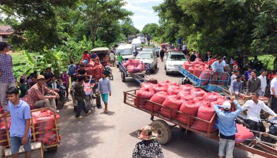 farmers_block_national_road_5_yesterday_in_battambang_province_during_a_protest_where_they_demanded_a_solution_to_falling_rice_prices_18_09_2016_ny_savuth
