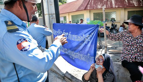 peopel_from_phnom_penh_thmey_commune_sen_sok_district_protest_at_phnom_penh_court_14_09_2016_hong_menea
