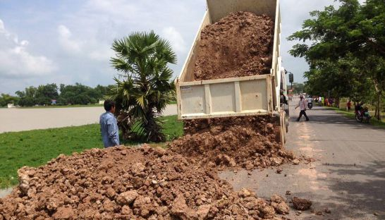 a_tuck_dumps_soil_on_the_side_of_a_road_yesterday_morning_for_sandbags_as_authorities_plan_to_make_a_levee_to_contain_rising_water_levels_13_10_2016_supplied