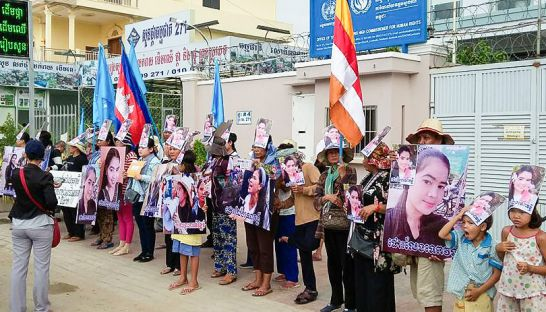 boeung_kak_lake_activists_protest_outside_the_ohchr_office_in_phnom_penh_on_friday_14_10_2016_supplied