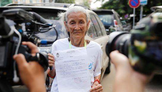 boeung_kak_land-rights_activist_nget_khun_arrives_at_the_phnom_penh_municipal_court_yesterday_for_questioning_25_10_2016_pha_lina