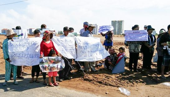 chroy_changvar_district_residence_protest_in_phnom_penh_yesterday_morning_at_the_site_of_an_ocic_development_project_30_10_2016_touch_sokha