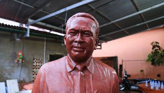 the_finished_statue_of_slain_political_activist_kem_ley_sits_in_a_kampong_speu_workshop_earlier_this_month_00_10_2016_sbn