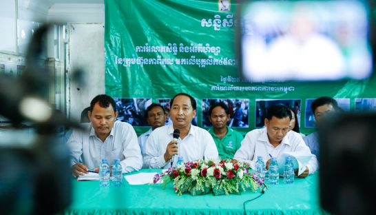 union_leader_ath_thorn_speaks_at_press_conference_yesterday_in_penh_penh_where_former_capitol_bus_drivers_said_they_would_continue_to_protest_25_10_2016_pha_lina