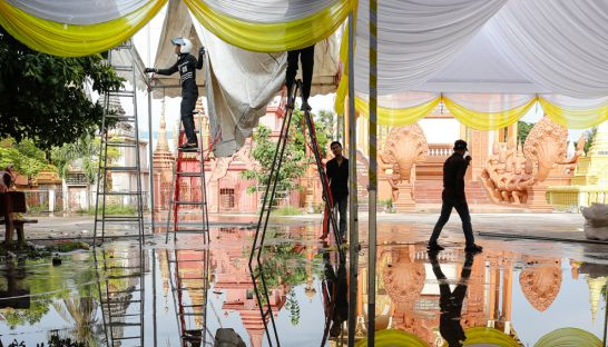 workers_erect_marquees_yesterday_afternoon_at_wat_chas_pagoda_in_preparation_for_an_event_to_mark_100_days_since_kem_leys_death_12_09_2016_pha_lina