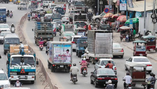 Traffic moves on Preah Monivong Boulevard in Phnom Penh earlier this week. Hong Menea
