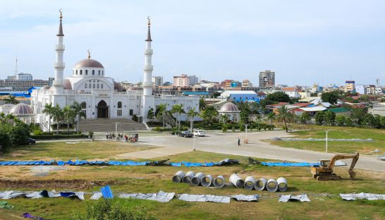 5_a_blue_fence_torn_down_by_protesters_on_saturday_morning_yesterday_remained_strewn_around_a_the_construction_site_of_a_controversial_road_inside_the_boeung_kak_mosque_compound_25_12_2016_pha_lina