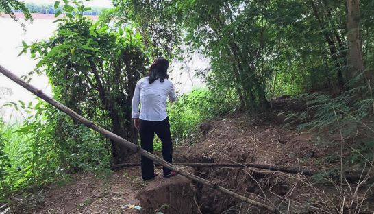 7_a_woman_stands_by_eroding_land_allegedly_caused_by_sand_dredging_in_kampong_cham_province_last_week_16_12_2016
