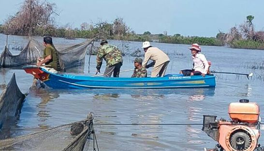 Authorities work with fisherman in Pursat after the provincial fishery administration authority launched a campaign against fishery crime. Photo supplied.