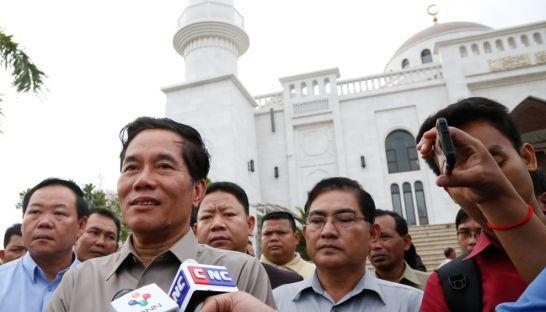 Khuong Sreng, deputy governor of Phnom Penh, speaks outside the city's Boeung Kak mosque yesterday. Heng Chivoan