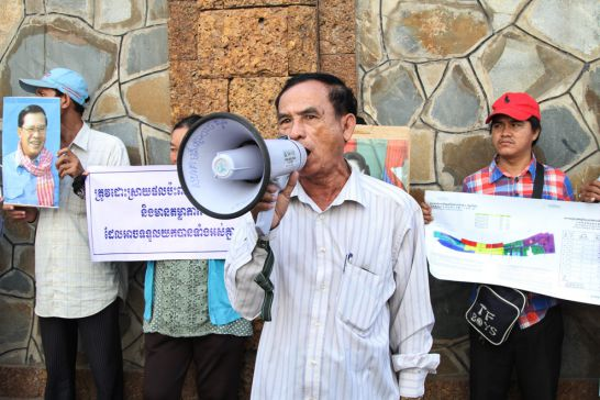 community_representative_chea_sophat_protests_outside_the_ministry_of_land_management_in_phnom_penh_in_september_07_09_2016_homg_menea