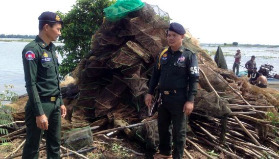 2a_military_police_stand_next_to_seized_illegal_fishing_nets_in_kandal_province_on_tuesday_before_destroying_them_18_10_2016_grk