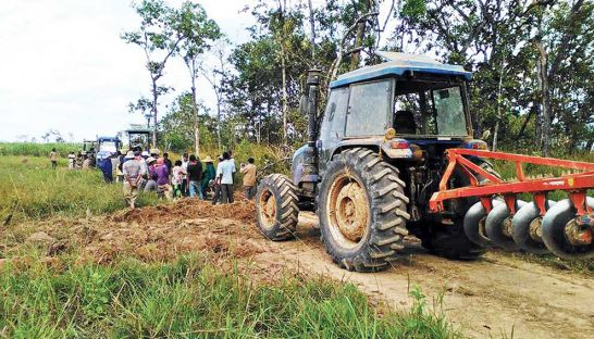 villagers-attempt-to-stop-equipment-owned-by-chinese-firm-rui-feng-from-clearing-land-in-preah-vihear-province-yesterday-supplied