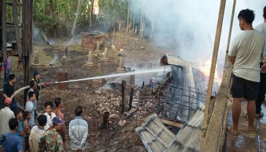 11_firefighters_put_out_the_fire_that_destroyed_at_least_four_houses_in_kraties_chit_borei_district_last_week_supplied_1