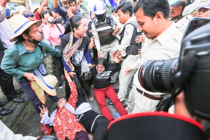 Tempers flare as protesters gather outside Phnom Penh Municipal Court where Tep Vanny was sentenced. KT/Chor Sokunthea