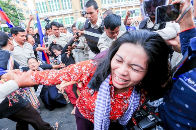 Protesters are caught up in scuffles outside Phnom Penh Municipal Court. KT/Chor Sokunthea
