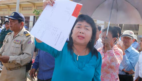 3_phanimex_company_owner_suy_sophan_shows_the_ownership_documents_to_the_press_in_2015_heng_chivoan