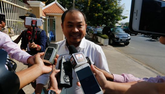 Political analyst Kim Sok speaks to the press yesterday outside the Phnom Penh Municipal Court. Heng Chivoan