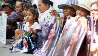 Boeung Kak community members protest outside of the Council of Ministers office in Phnom Penh yesterday. Heng Chivoan