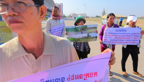 People hold banners to protest against OCIC development on Phnom Penh's Chroy Changvar peninsula yesterday in Phnom Penh. Pha Lina
