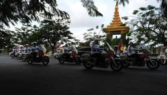 Laos President Bounnhang Vorachith motorcade passes the King's monument yesterday in Phnom Penh. Eli Lillis