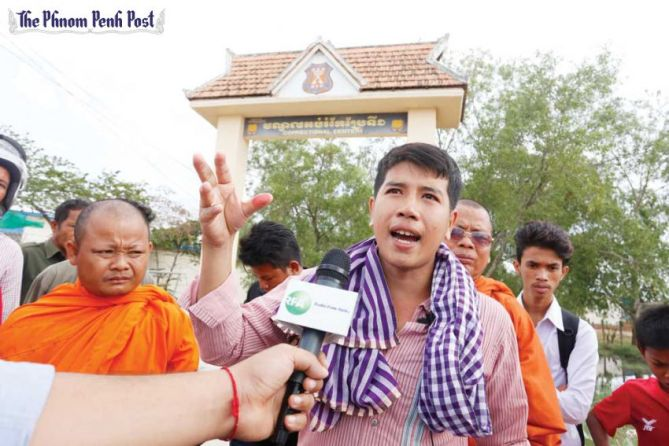 Kong Raiya speaks to the press after his release from Prey Sar prison yesterday in Phnom Penh. Heng Chivoan
