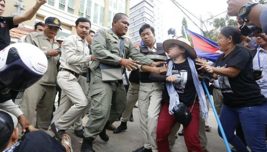 A fight erupts outside Phnom Penh Municipal Court this morning. Heng Chivoan
