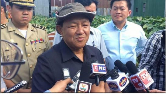 Phnom Penh Governor Pa Socheatvong speaks to the press on Monday about plans for Phnom Penh's Trapaing Chhouk neighbourhood. Photo supplied