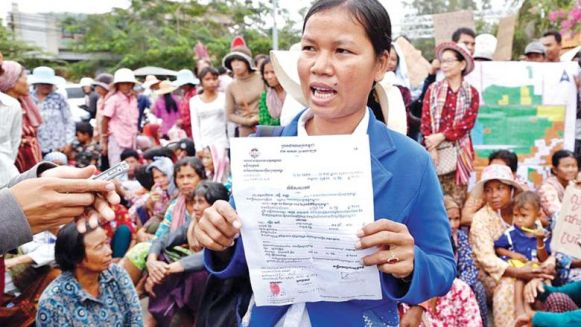 oeung_sary_centre_and_hundreds_of_other_villagers_attend_a_protest_last_month_urging_kandal_provincial_authorities_to_resolve_their_land_dispute_with_tycoon_seang_chanheng._pha_lina